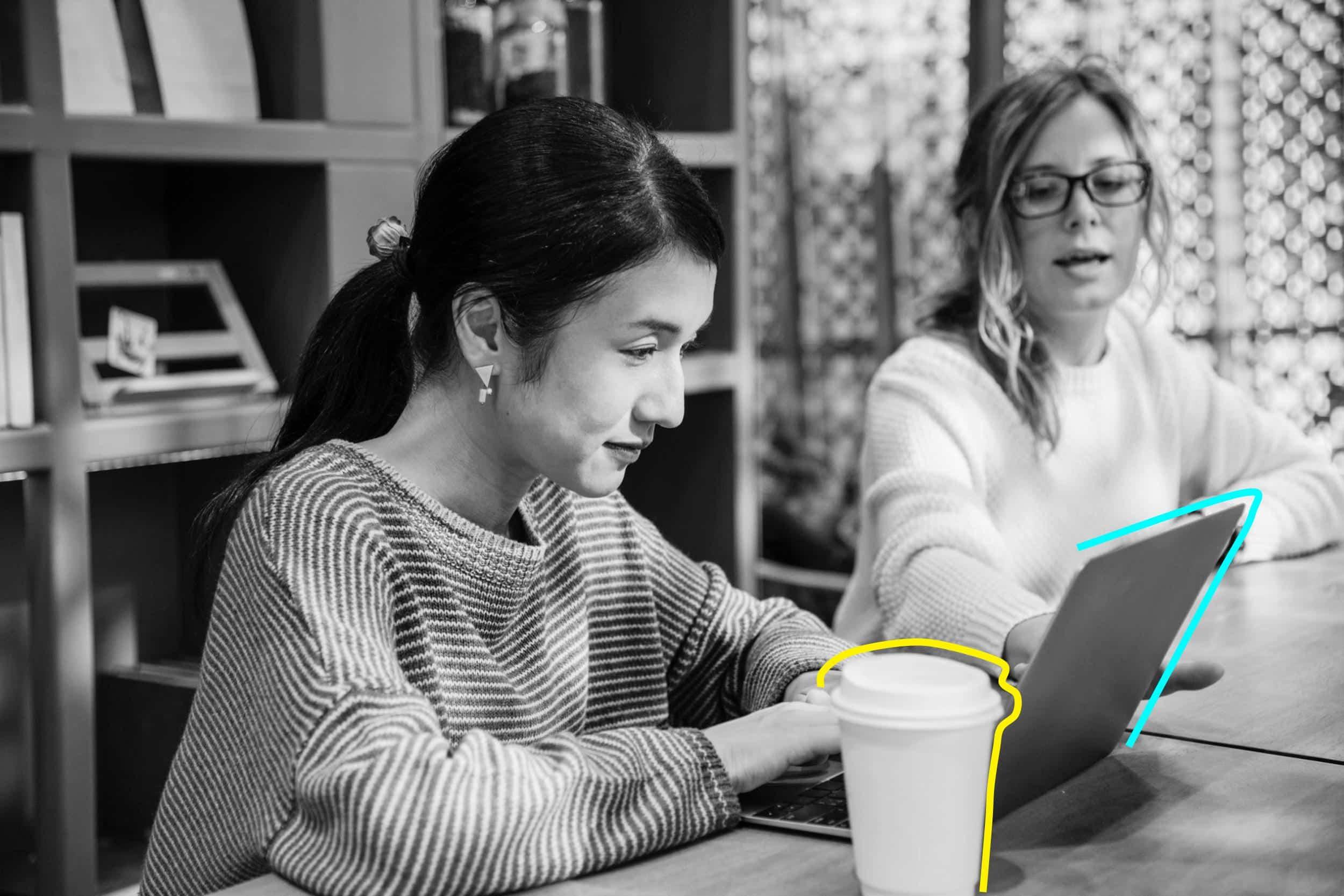 deux femmes travaillant sur laptop